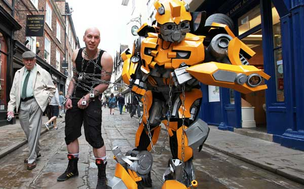 An escapologist, a robot – not sure what the act on the left is doing… Buskival 2013